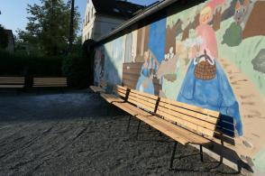Neue alte Bänke - Spielplatzwelt Leupoldishain arbeitet im Auftrag des Fördervereins die Hofbänke auf