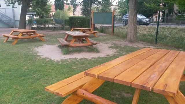 Förderverein stiftet Klassenzimmer im Freien - 3 neue Bank-Tisch-Kombinationen und Tafel