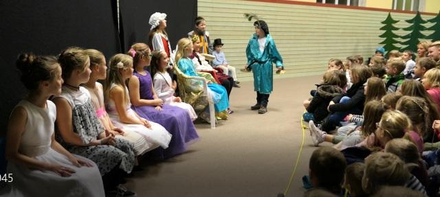 """Weihnachtsmarkt - Theater Kl. 4 Prinzessin Tausendschön - """"Wunderschön"""""""